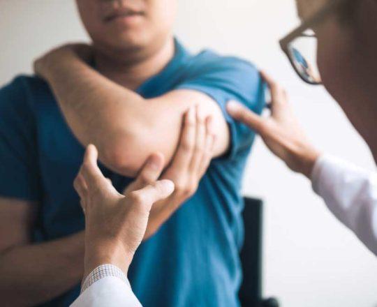 Dor articular, manchas na pele e sensibilidade ao sol são sintomas do lúpus.