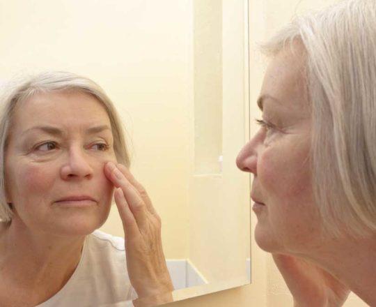 É normal a pele ficar mais fina com a idade; saiba quais cuidados tomar.