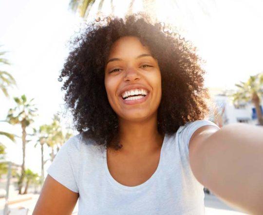 Entenda por que a pele negra tende a ser mais oleosa no rosto
